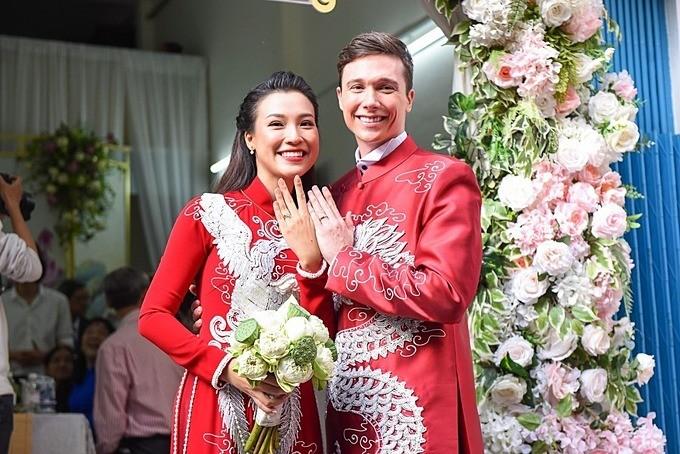 Vợ chồng Hoàng Oanh rạng rỡ trong hôn lễdù cả hai bị sốt.