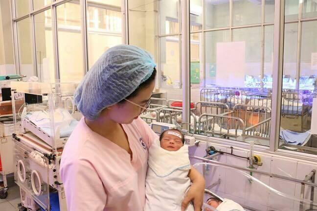 Em bé vừa chào đờitại bệnh viện. Ảnh: Trần Lực.