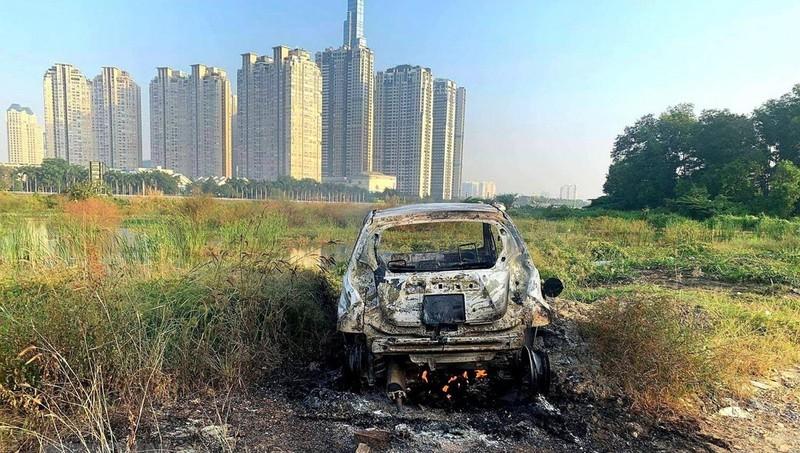 Chiếc ô tô bị cháy nghi liên quan đến án mạng.