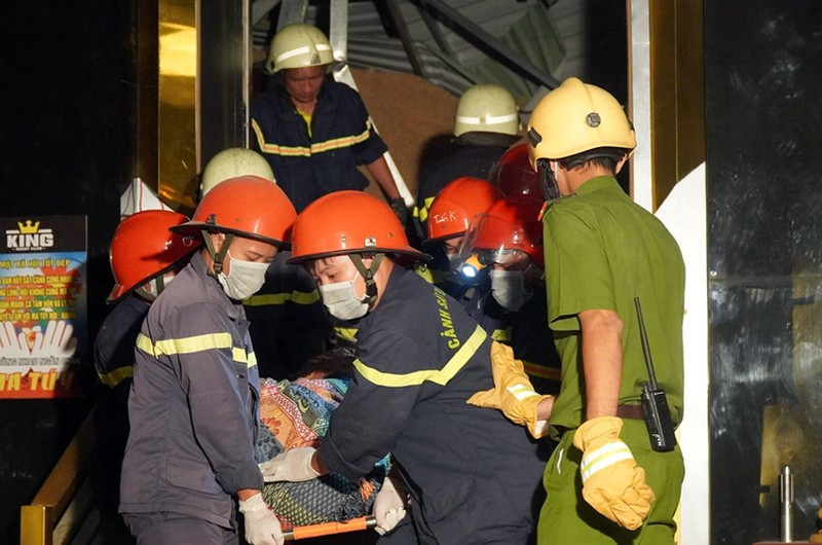 Thi thể nạn nhân được đưa ra ngoài sau hơn 4 giờ bị vùi lấp. Ảnh: Phước Tuấn.
