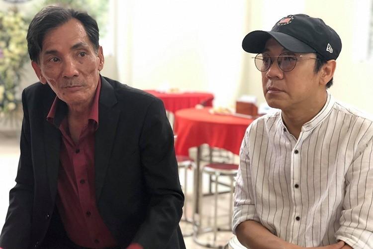 Khi ngồi trò chuyện cùng đồng nghiệp đến viếng Chánh Tín, thỉnh thoảng Thương Tín (trái) nhìn về di ảnh đồng nghiệp. Ảnh: Mai Nhật.