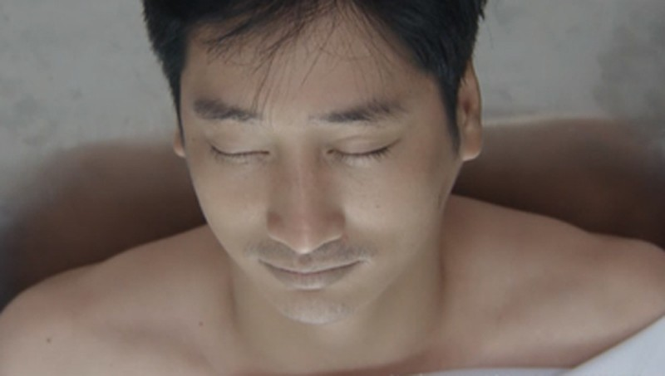 Bác sĩ hú hồn với kiểu hiến tim trong phim Hoa hồng trên ngực trái