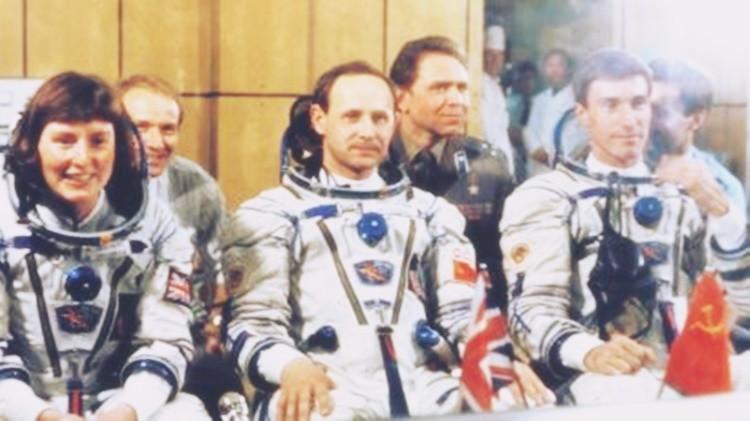 Helen Sharman cùng hai phi hành gia là Anatoly Artsebarsky và Sergei Krikalev bay vào không gian vào năm 1991. Ảnh: BBC