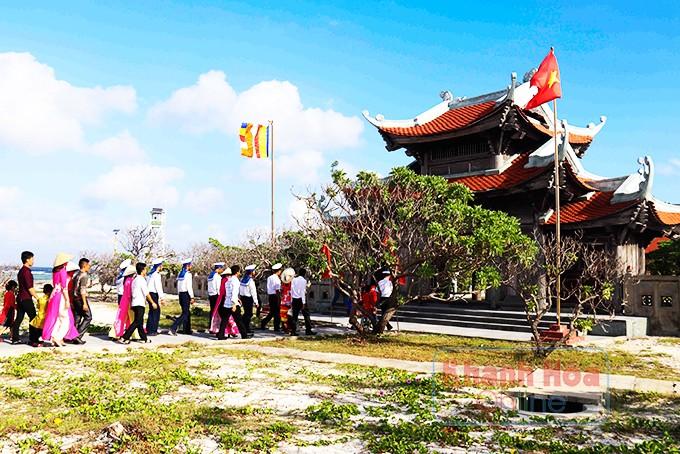 Quân dân đảo Song Tử Tây đi lễ chùa đầu năm.