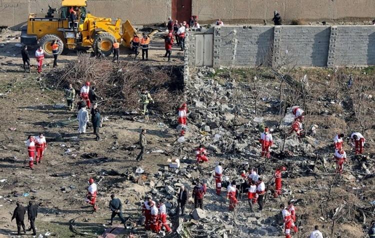 Nhân viên cứu hộ làm việc tại hiện trường máy bay Ukraine bị bắn hạ hôm 8/1. Ảnh: AP.
