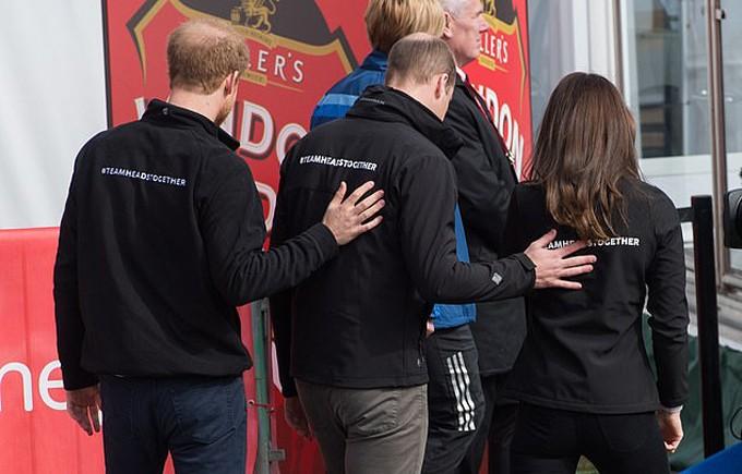 William đặt tay lên lưng vợ trong khi Harry cũng đặt tay lên lưng anh trai khi bộ ba dự sự kiện của tổ chức từ thiện vì sức khỏe tâm thần năm 2017.