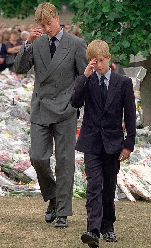William và Harry gạt nước mắt khi dự đám tang của mẹ, Công nương Diana, năm 1997.