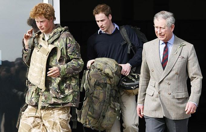 William cầm giúp em trai balô khi đón Harry trở về sau thời gian phục vụ cho lực lượng không quân hoàng gia tại Afghanistan năm 2008.