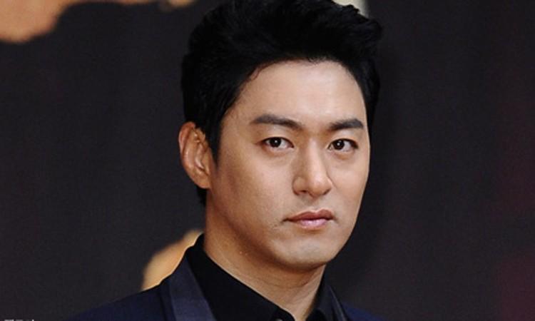 Tài tử Joo Jin Mo. Anh 46 tuổi, nổi tiếng với các phim Hoàng hậu Ki, Đoạn kết hạnh phúc, Sắc đẹp ngàn cân... Jin Mokết hôn năm 2019. Ảnh: Dispatch.