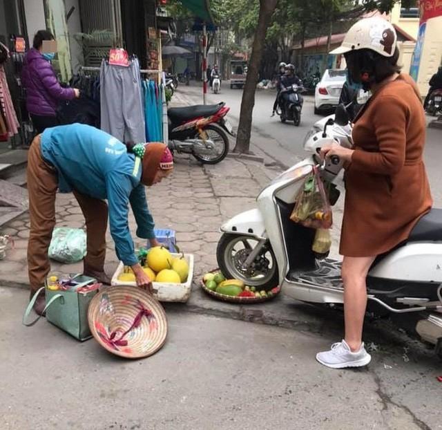 Xôn xao chuyện người phụ nữ cố tình chèn xe vào mẹt hoa quả của bà hàng rong - 2