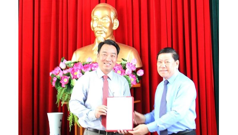Bí thư Tỉnh ủy Vĩnh Long Trần Văn Rón trao quyết định của Ban Bí thư cho ông Lữ Quang Ngời. Ảnh: Chinhphu.vn
