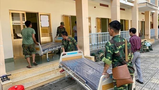 Cán bộ, chiến sĩ Trung đoàn Gia Định (Bộ Tư lệnh TP Hồ Chí Minh) đưa giường bệnh vào khu vực Bệnh viện dã chiến. Ảnh: TTXVN
