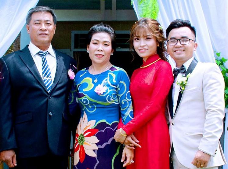 Như và Khoa bên bố mẹ trong ngày cưới tháng 5/2019. Ảnh: Nhân vật cung cấp.