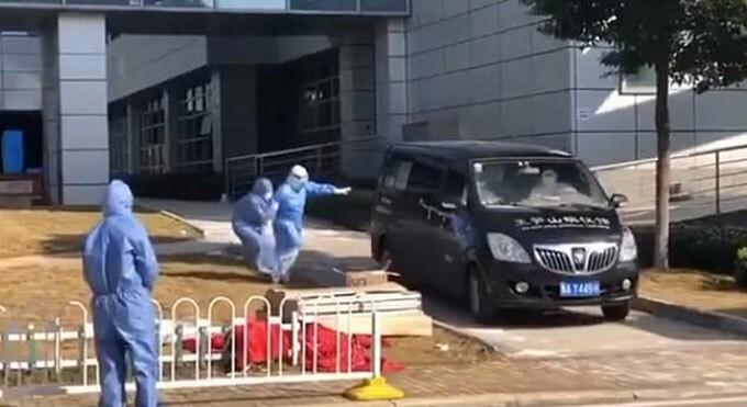 Bà Cai Liping cố đuổi theo xe chở xác ông Lưu Trí Minh chiều 18/2 ở Bệnh viện Đồng Tế, Vũ Hán. Ảnh: Weibo.