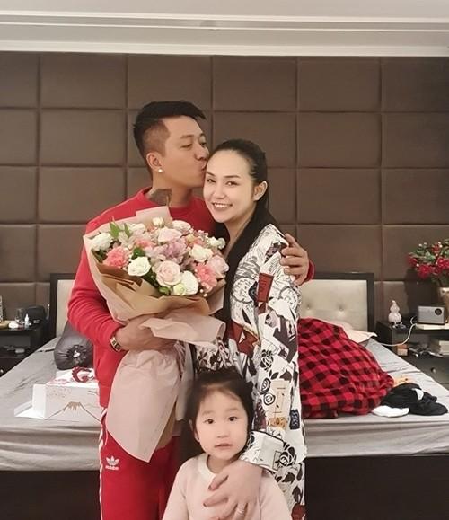 Tuấn Hưng tặng quà Valentine cho vợ hôm 14/2.