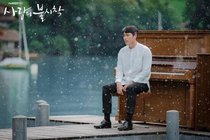Ở Hàn Quốc, Hyun Bin là một trong số nghệ sĩ có học vấn cao, xuất thân từ gia đình có truyền thống đèn sách. Sau khi gia nhập đội kịch ở trường trung học, anh bắt đầu đam mê diễn xuất và tỏ ý theo đuổi nghề diễn viên, nhưng vấp phải sự phản đối gay gắt từ phụ huynh. Về sau thấy con trai quyết liệt, bố mẹ của Hyun Bin dần chấp nhận cho anh theo nghệ thuật, nhưng với một điều kiện: anh phải thi đỗ vào một ngôi trường danh giá. Kết quả, Hyun Bin thực sự trở thành sinh viên khoa Kịch nghệ của Đại học Trung ương Hàn Quốc.
