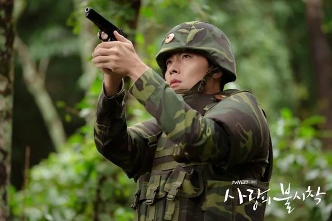 Từ nhỏ, Hyun Bin được gia đình định hướng thói quen chơi thể thao, nhờ vậy mà anh đam mê vận động và giữ được thân hình khỏe khoắn. Tham gia trải nghiệm huấn luyện trong lực lượng thủy quân lục chiến của Hàn Quốc năm 2010, nam diễn viên từng giành được 29/30 điểm trong một phần thi thể lực, không thua kém những người xuất thân quân đội.