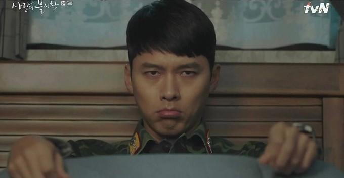Ở một vài tập của Hạ cánh nơi anh, Hyun Bin gây cười với điệu chau mày, trề môi giận lẫy, vừa đáng yêu vừa hài hước. Thì ra, đây không chỉ là yêu cầu của nhân vật Ri Jung Hyuk trong kịch bản, mà bản thân Hyun Bin cũng có thói quen này ngoài đời. Trong các sự kiện, fan của anh hay bắt được khoảnh khắc thần tượng trề môi, tru môi đầy trẻ con.