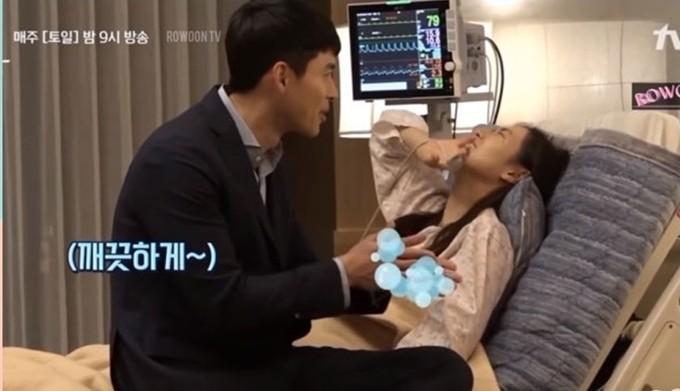 Hyun Bin là người đàn ông nghiện... tắm. Mỗi ngày trước khi ra khỏi nhà hay sau khi xong việc, anh đều tắm. Nhiều khi đang trên trường quay, cơ thể đổ quá nhiều mồ hôi, anh cũng tranh thủ giờ nghỉ giải lao để tắm. Lúc quay cảnh Jung Hyuk đến bệnh việnthăm Se Ri trong tập 14của Hạ cánh nơi anh, Son Ye Jin trêu Hyun Bin có phải mới tắm xong tới đây không, anh liền làm động tác rửa tay và bảo mình đã tắm rửa rất sạch sẽ, khiến bạn diễn không nhịn được cười.