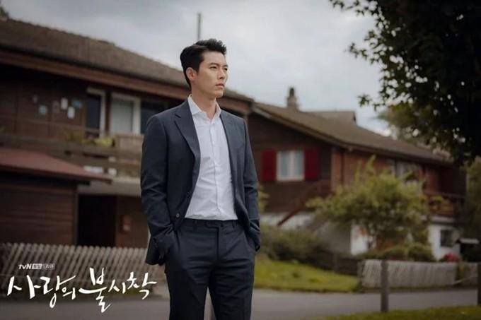 Phía sau màn ảnh, Hyun Bin được mệnh danh là vua tiết kiệm của showbiz Hàn. Vào Ngày lễ tiết kiệm của Hàn Quốc năm 2013, anh từng được tổng thống nước này biểu dương về điều này. Năm đó hơn 30 tuổi, anh công khai sở hữu tài khoản 3,5 tỷ Won (hơn 2,9 triệu USD). Lúc mới vào nghề, anh kể mọi khoản thu nhập đều gửi mẹ, mỗi tháng chỉ giữ lại 350 ngàn Won (khoảng 292 USD) làm tiền tiêu vặt, giữ cho mình lối sống đơn giản, không hoang phí.