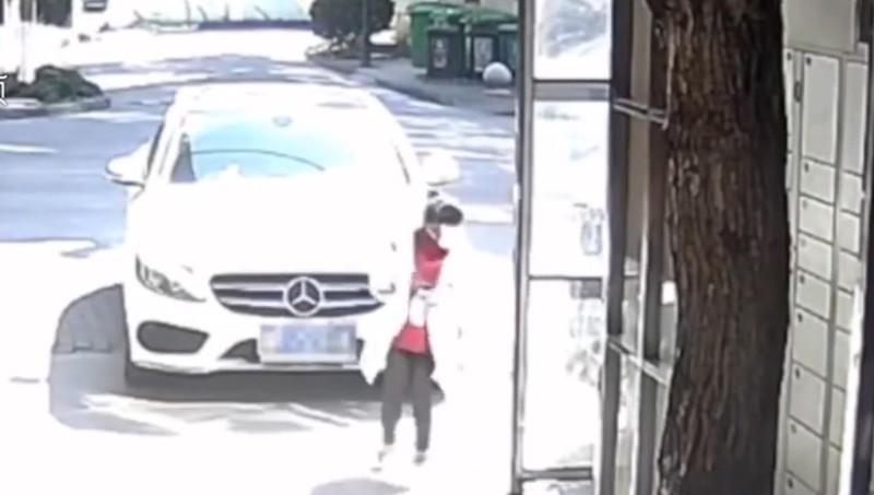 Mẹ với lấy khẩu trang khiến ô tô vọt lên chèn con gái vào cột