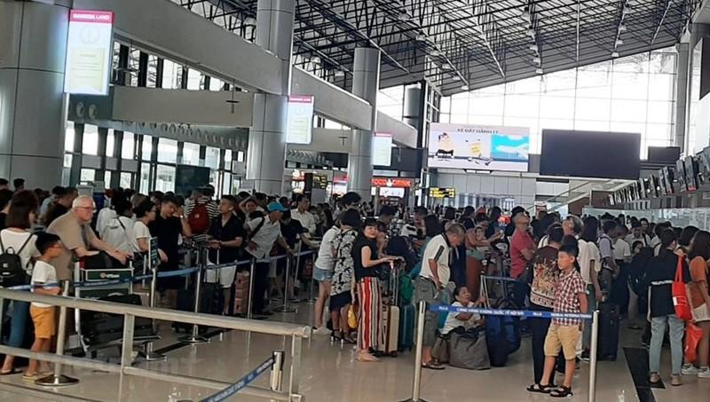 Nữ hành khách xách hành lý quá cân lao vào... cắn nhân viên hàng không