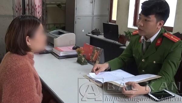 Chị H. T. H trình báo vụ việc. Ảnh: Công an tỉnh Bắc Kạn.