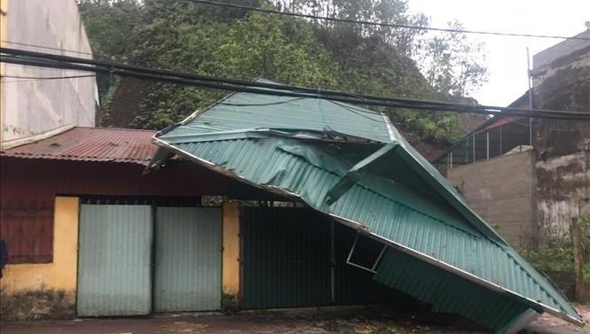 Giông lốc, mưa đá làm bị thương 4 người, hư hỏng hơn 2.000 nhà