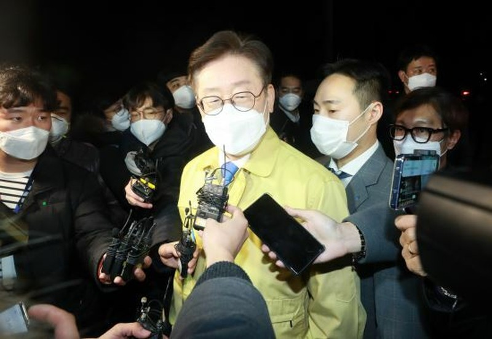 Thống đốc tỉnh Gyeonggi Lee Jae Myung trong cuộc họp báo sau khi đột kích trụ sở Tân Thiên Địa tối 2/3. Ảnh: Kookmin Ilbo