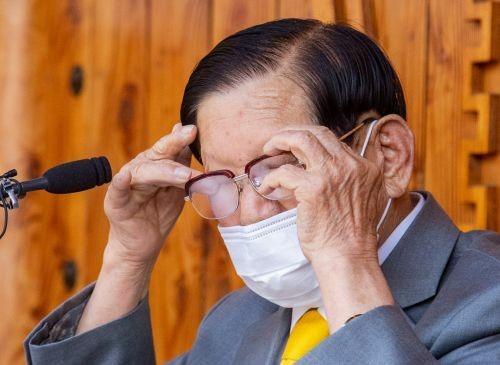 Giáo chủ Tân Thiên Địa Lee Man-hee lau nước mắt trong cuộc họp báo chiều 2/3. Ảnh: Kookmin Ilbo
