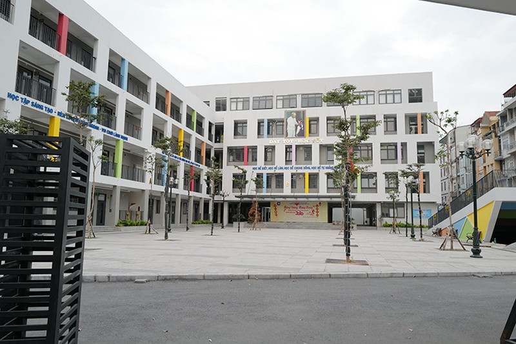Trường THCS Yên Hòa, Hà Nội vắng vẻ vì học sinh nghỉ phòng dịch từ ngày 3/2 tới nay. Ảnh:Ngọc Thành.