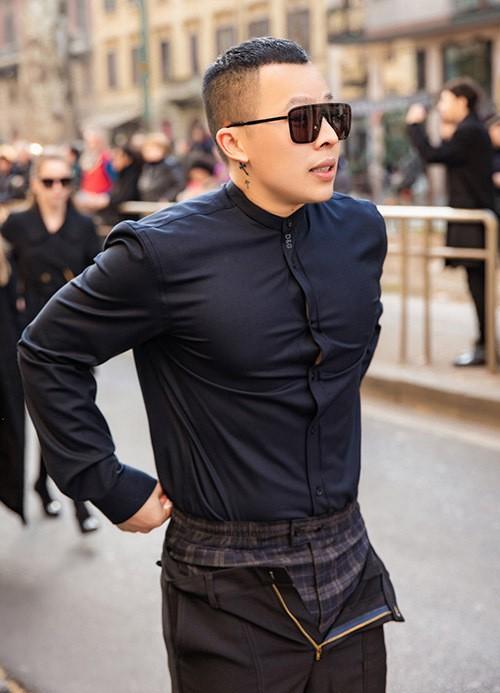 Ông bầu Vũ Khắc Tiệp cũng dự Milan Fashion Week 2020 nhưng may mắn không nhiễm virus nCoV.