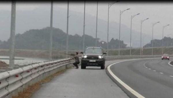 Người đàn ông tùy tiện dừng ô tô trên cao tốc để... bắn chim