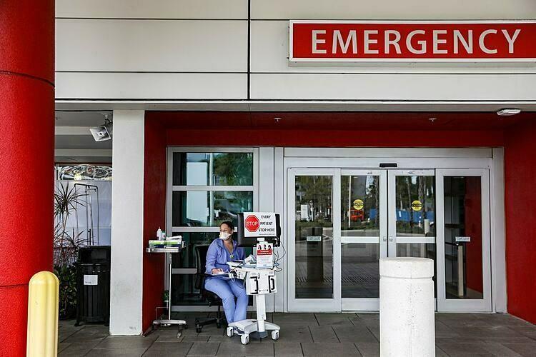 Nhân viên y tế bên ngoài một phòng cấp cứu ở Mỹ. Ảnh: NY Times