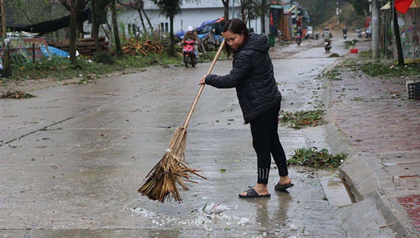 Người dân dọn dẹp đường sá sau mưa đá đêm 17/3 tại Lào Cai. Ảnh: Báo Lào Cai.