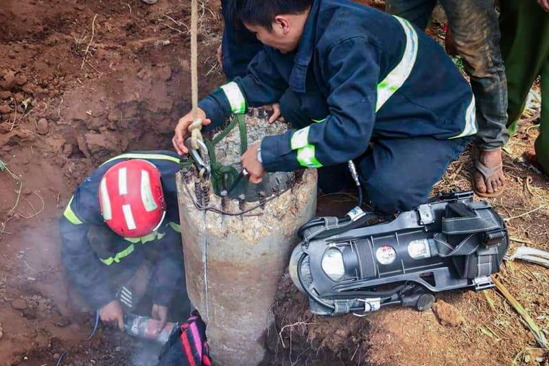 Cảnh sát triển khai việc cứu hộ. Ảnh: Văn Giang.
