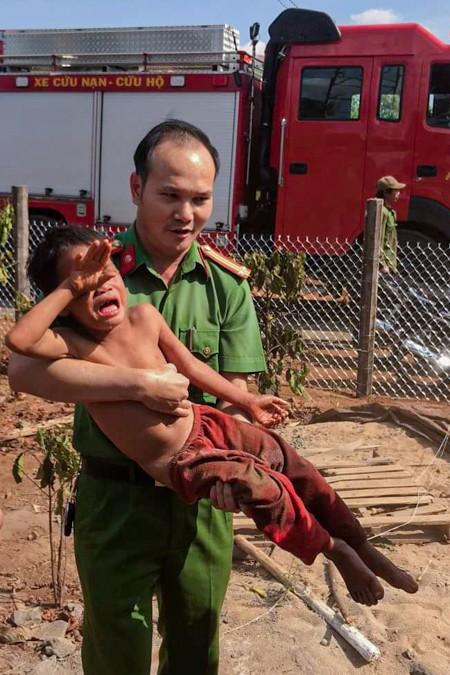 Bé trai được giải cứu ra khỏi trụ điện. Ảnh: Văn Giang.