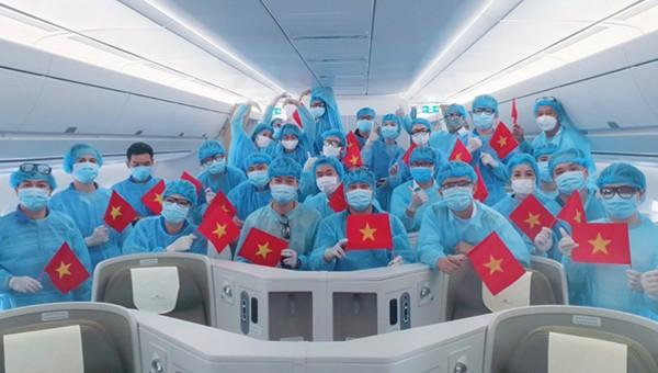Chuyến bay VN9601 đưa khách Ukraine mắc kẹt ở Việt Nam về nước. Ảnh: VNA