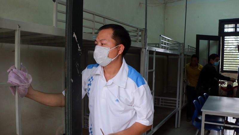 Cán bộ, nhân viên Trung tâm Giáo dục Quốc phòng và An ninh tích cực vệ sinh phòng ở, sẵn sàng cho công tác cách ly.