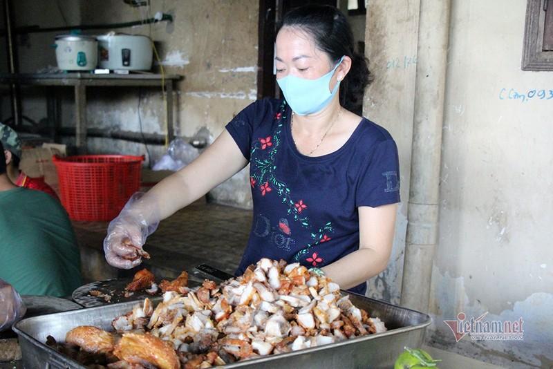 Nữ du học sinh Anh khen cơm bộ đội nấu trong khu cách ly