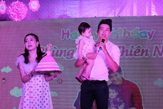 Phùng Ngọc Huy và Mai Phương trong tiệc sinh nhật con gái.
