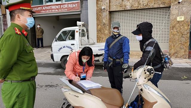 Dấu hiệu tùy tiện ở một số địa phương: Luật nào cho phép phạt người ra đường, thu tiền cách ly?
