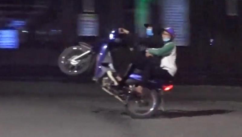 Hình ảnh do VietNamNet ghi nhận đêm 8/4.