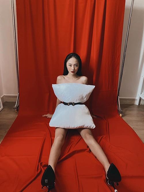 Mặc dù đang ở nhà tránh dịch nhưng Thanh Vy khéo léo biến góc phòng thành studio sang xịn và chụp ảnh ấn tượng.