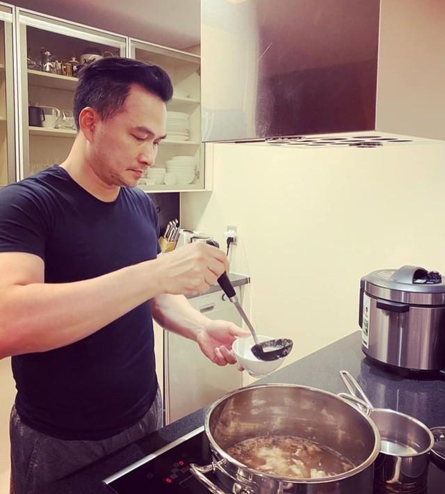 Ở nhà chống dịch, Chi Bảo thường xuyên vào bếp nấu ăn cho vợ - 2