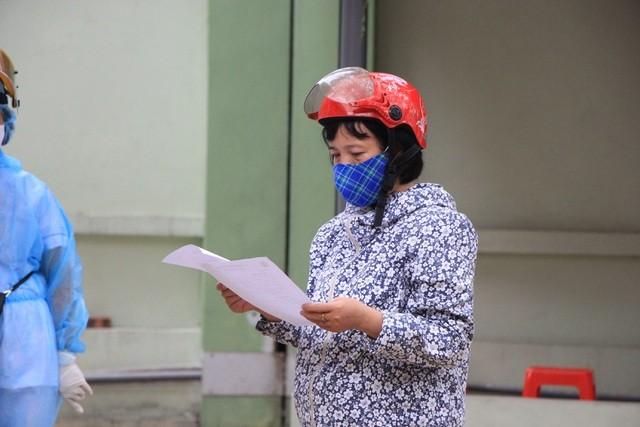 Hà Nội: Lấy mẫu xét nghiệm nhanh Covid-19 150 người tại chợ Ngã Tư Sở - 3