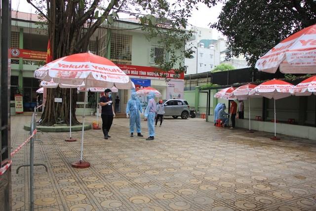 Hà Nội: Lấy mẫu xét nghiệm nhanh Covid-19 150 người tại chợ Ngã Tư Sở - 2