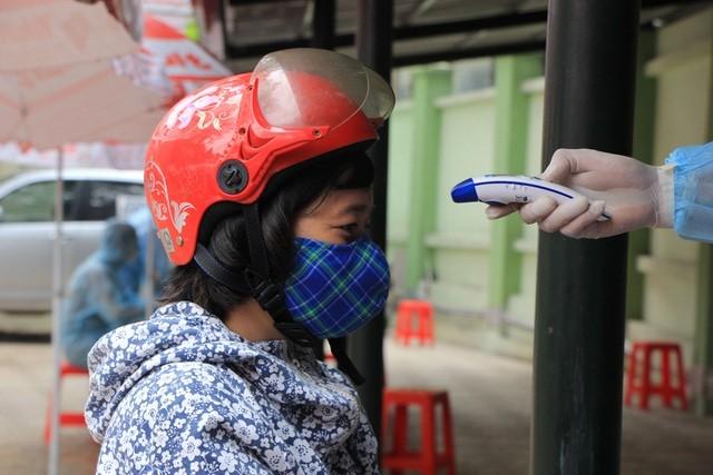 Hà Nội: Lấy mẫu xét nghiệm nhanh Covid-19 150 người tại chợ Ngã Tư Sở - 7