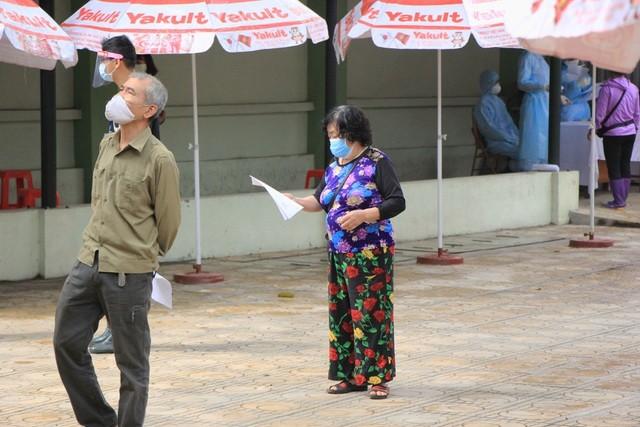 Hà Nội: Lấy mẫu xét nghiệm nhanh Covid-19 150 người tại chợ Ngã Tư Sở - 6