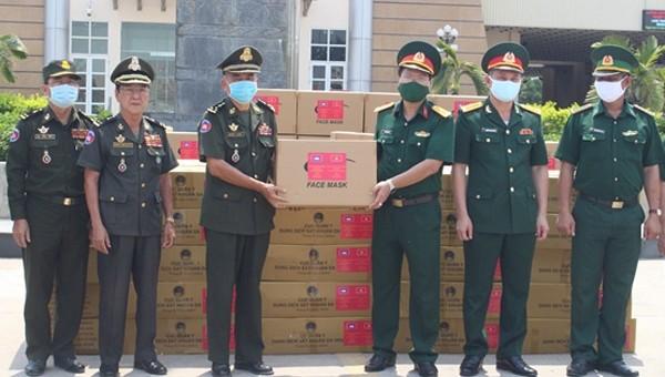 Bộ Quốc phòng tặng quà quý hiếm cho quân đội Campuchia chống dịch Covid - 19